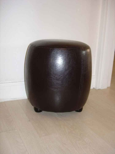 pouf chaise tabouret simili cuir rond marron wengu pin destockage. Black Bedroom Furniture Sets. Home Design Ideas