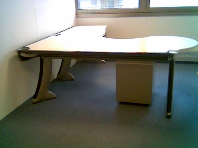 lots de 100 bureaux steelcase strafor destockage grossiste. Black Bedroom Furniture Sets. Home Design Ideas