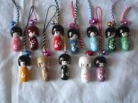 Lot de 10 Mini Kokeshi en bois porte clé et porte bonheu