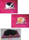 Chat ou chien sur cousin synthetique