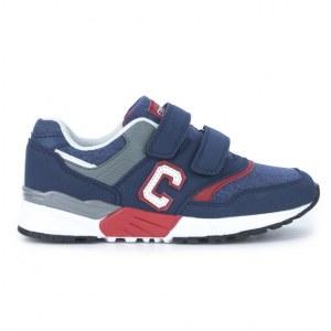 Mélanger les chaussures de sport pour enfants