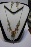 Parures perles et fleurs colliers et boucles d'oreilles