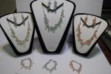 85 parures en perles colliers bracelets boucles d'oreilles