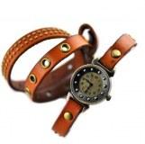 Montre fantaisie avec bracelet lacet. Cloutage style Punk