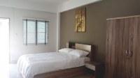 Chambre (lit, tables de chevet, armoire, commode)